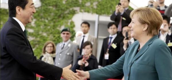 abe-merkel-smiling-handshake